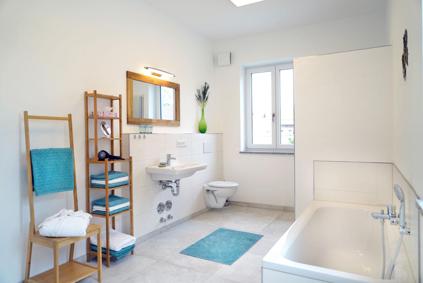 Bad mit begehbarer Dusche und Badewanne